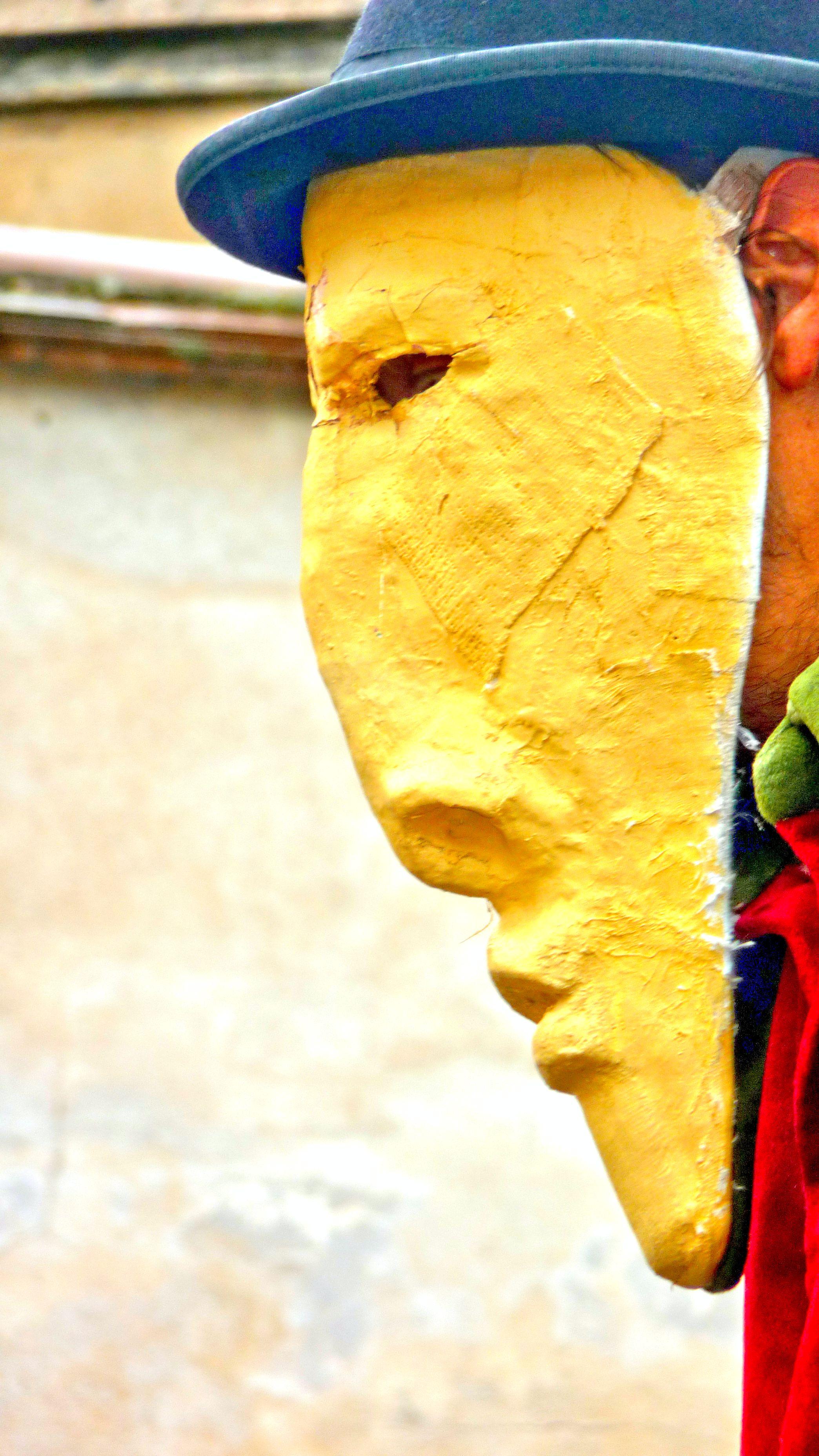 En haut des échasses... le masque