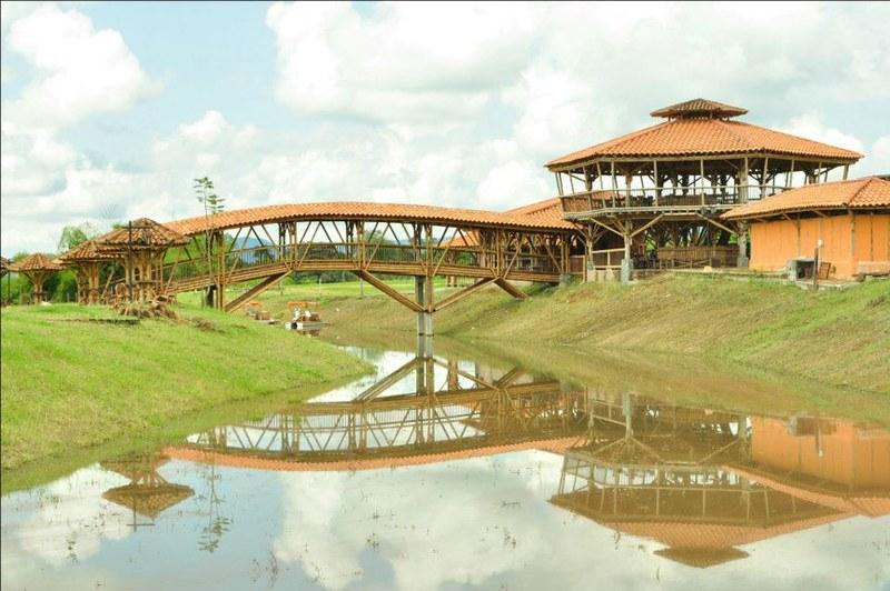 Imagen de un Puente sobre un lago en el Parque los Arrieros. Imagen gracias a