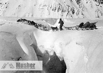 1947-Earl-Norris-&-team-crossing-Ice-Bridge-Alaska