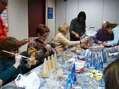 Membres d'ADFO treballant en la preparació d'elements de decoració nadalenca.