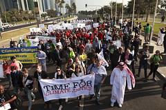 非政府組織在杜哈會場外示威遊行呼籲氣候正義。(攝影:Christian Aid)