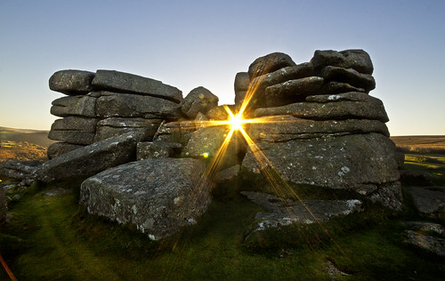 morning sun sunrise dawn devon sunburst burst tor dartmoor combestone