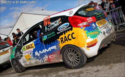 El Ford Fiesta R2 de Suárez y Carrera en el parque de asistencias del Rally de Cataluña