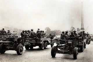 Anonyme WW2 Europe - Paris eté 44 - American Artillery in Place de la Concorde (France)
