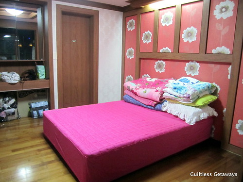 bedroom-marble-bed-homestay-korea.jpg