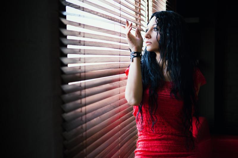 Фотосессия красивой девушки в интерьерной студии