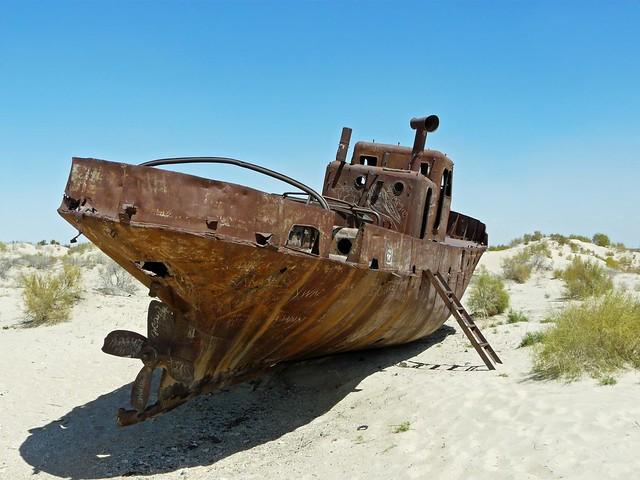 Barco varado en el Mar de Aral (Uzbekistán)