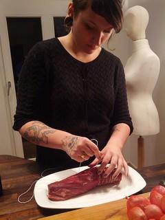 Die Vorbereitungen zur #rbllntv Kochshow laufen @dinovansaurier bindet kunstvoll das Rinderfilet