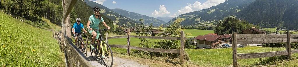 """Mit Andi Heckmair über die AlpenE-Bike-Transalp von Oberstdorf zum Gardasee. Unterwegs mit dem """"Vater der Transalp"""". Foto: Centurion."""