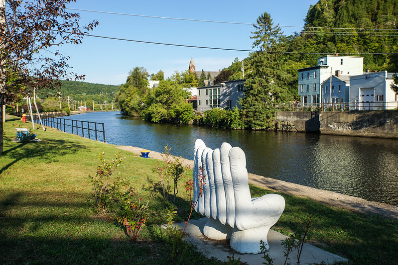 Little Falls - Moss Island USA channel kanava bench penkki hand käsi