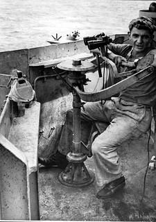 Jean pierre Vasse en poste de veille sur le porte-avion Lafayette 1956