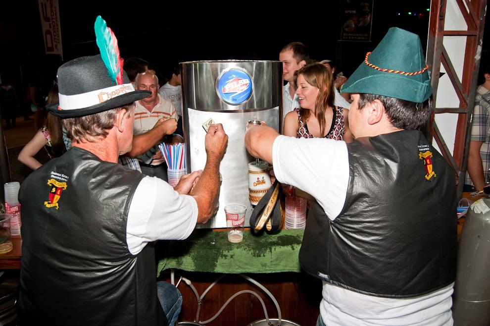 Los encargados de la barra recargan cada manija con cerveza a -3 grados de temperatura en la edición 2012 del Chopp Fest de Colonia Obligado. (Elton Núñez)