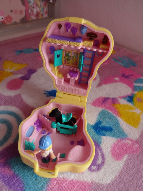 Polly Pocket: Pony Ridin' (inside)