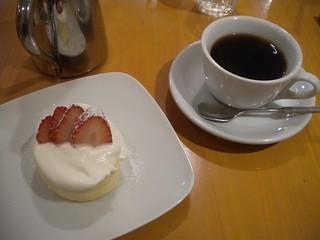 喜内古家 - ブレンドコーヒーとイチゴのロールケーキ