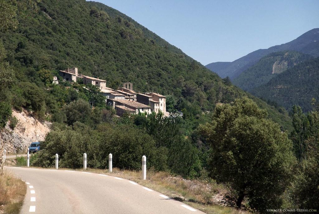 Village de Saint-Léger-du-Ventoux, sur la montagne de Bluye.