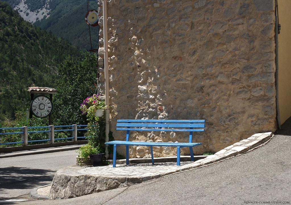 Ce banc n'attend que les personnes qui voudraient bien s'y reposer.