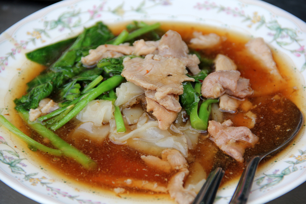 Sen yai radna - wide rice noodles in pork gravy