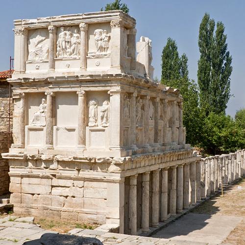 El Sebastión o Augusteum, se dedicó en forma conjunta, de acuerdo con una inscripción del siglo primero en su propylon,