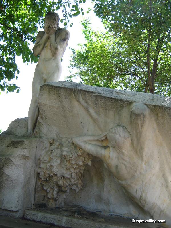 Statue of sad lovers