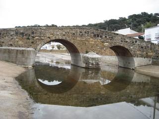 Vistoso puente, de corte romano, situado junto a la playa fluvial del Huéznar, en el municipio de San Nicolás del Puerto