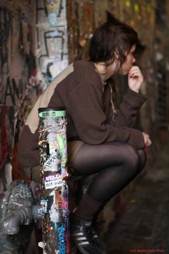 Dans l'allée d'une muse tout en brun. by Seattle Daily Photo