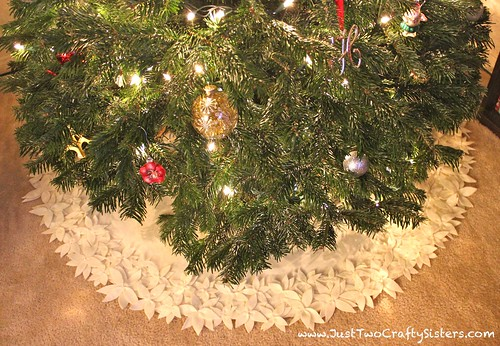 DIY flower Christmas tree skirt tutorial