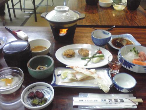芳泉閣2日目の晩ご飯(唐揚げ、鯖味噌、カニ、青椒肉絲、刺身、和中折衷w