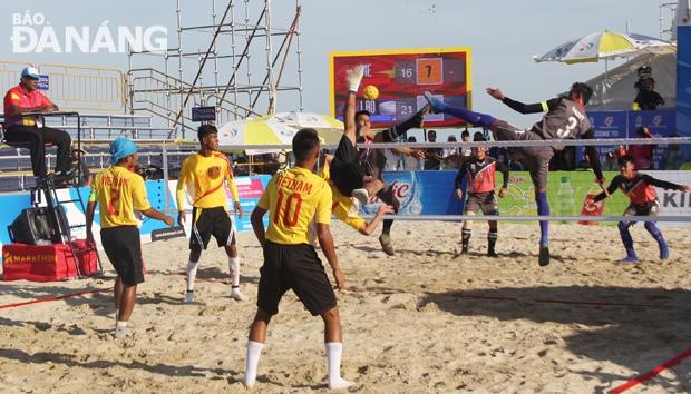 Một pha không chiến đẹp mắt giữa đội tuyển nam cầu mây Việt Nam và Lào.