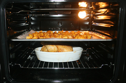 50 - Kartoffelblech einschieben / Add baking tray with potatoes