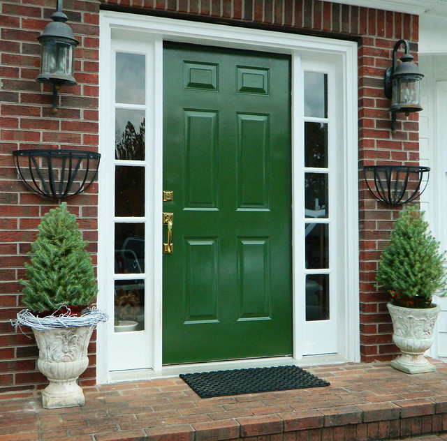 painted front door via homeologymodernvintage.com
