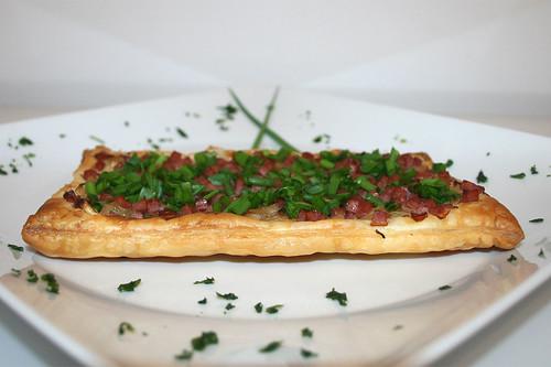 29 - Sauerkraut-Flammkuchen mit Speck / Tarte flambée with sauerkraut & bacon - CloseUp
