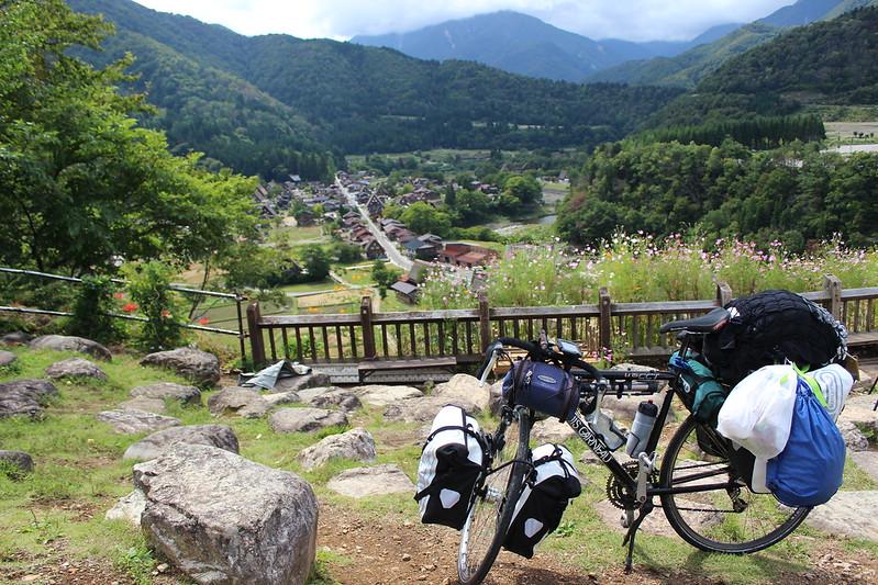 白川郷と自転車