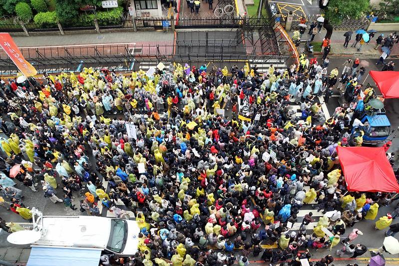 11月29日,公平會召開公聽會,近千名學生在場外「盯場」,訴求駁回並阻止壹傳媒交易案。(攝影:王顥中)