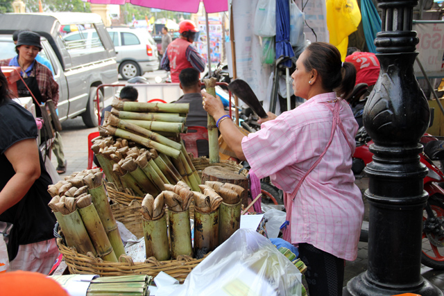 Cutting open a bamboo stick of khao lam