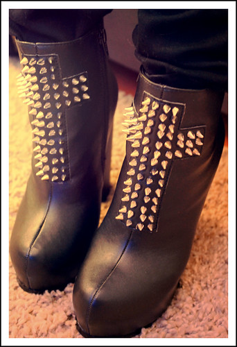 Spike cross boots