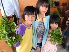 部落的孩子們拿著來自部落的無毒蔬菜。