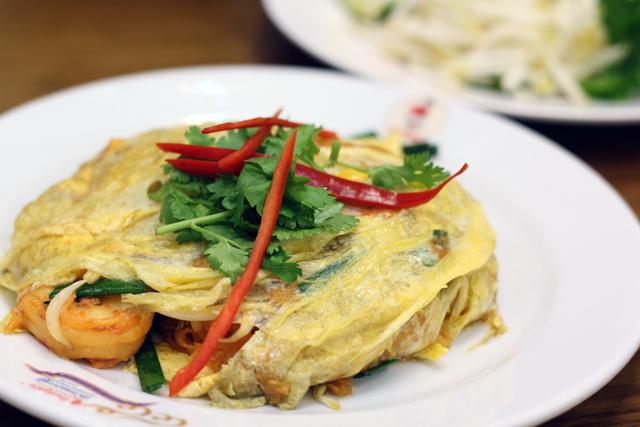 Pad Thai Haw Kai Goong Sot (ผัดไทห่อไข่กุ้งสด)