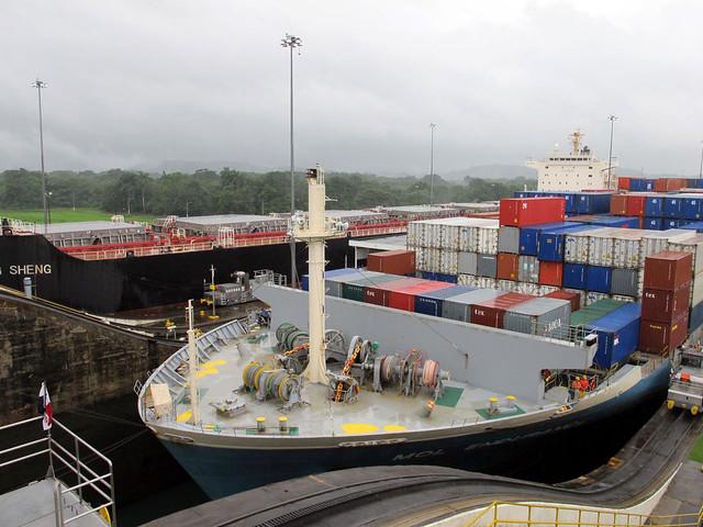 Navio a passar nas Eclusas de Gatún, Canal do Panamá