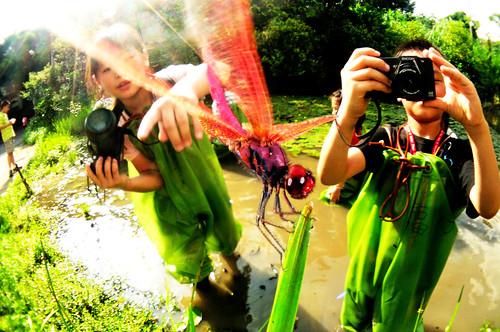學生穿青蛙裝在池中攝影 攝影:謝基煌