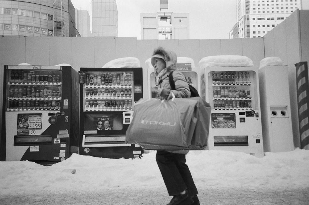 札幌 Sapporo, Japan / Kodak TRI-X / Lomo LC-A+ 路邊的販賣機頭上都是雪,我把人一起也拍起來。  拍拍她們和雪的生活方式。  Lomo LC-A+ Kodak TRI-X 400 / 400TX 8561-0038 2016/01/31 Photo by Toomore