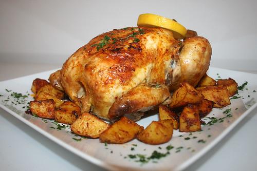 63 - Hähnchen mit Polentafüllung an Paprika-Kartoffelspalten / Chicken stuffed with polenta on paprika potato wedges - serviert - CloseUp