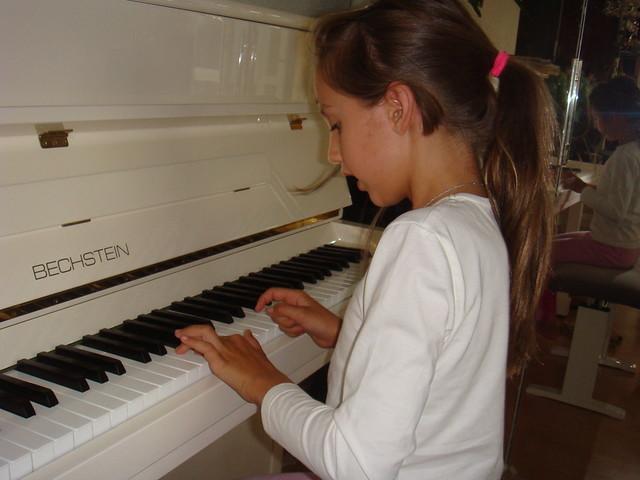 oksana-grishuk-olymplic-champion-Skyler- daughter-pianoOksana Grishuk