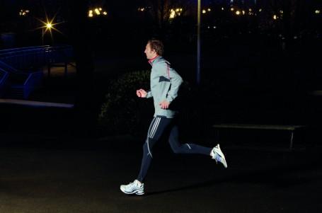 Běhání potmě: nezapomeňte na čelovku a reflexní oblečení