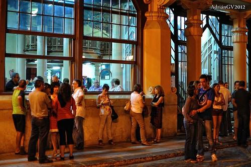 A la porta de l'ateneu by ADRIANGV2009