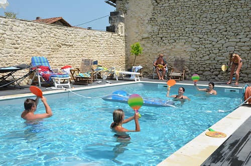 Ball-minton on swimming-pool