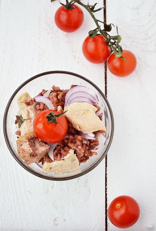 салат из красного риса с печенью трески.4