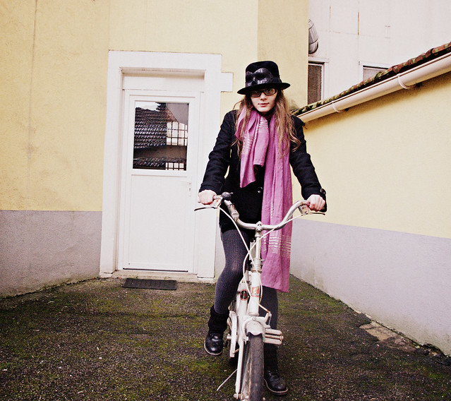 Ma personne vous roulant dessus sur vélo volé, vélo volé, vélo. That's me on a bike.