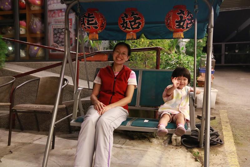 小姐和寶妹一起坐搖椅