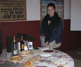 """Dehesa Frías: Jessica Martínez presenta al personal, para su posterior deleite, algunos de los productos """"delicatessen"""" de la finca."""