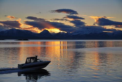 solnedgang molde norway europe romsdal fjell mountains racer boat båt cruiser sunsetazo seascene sólarlag oc erlingsivertsen maritimeimpression silhouette